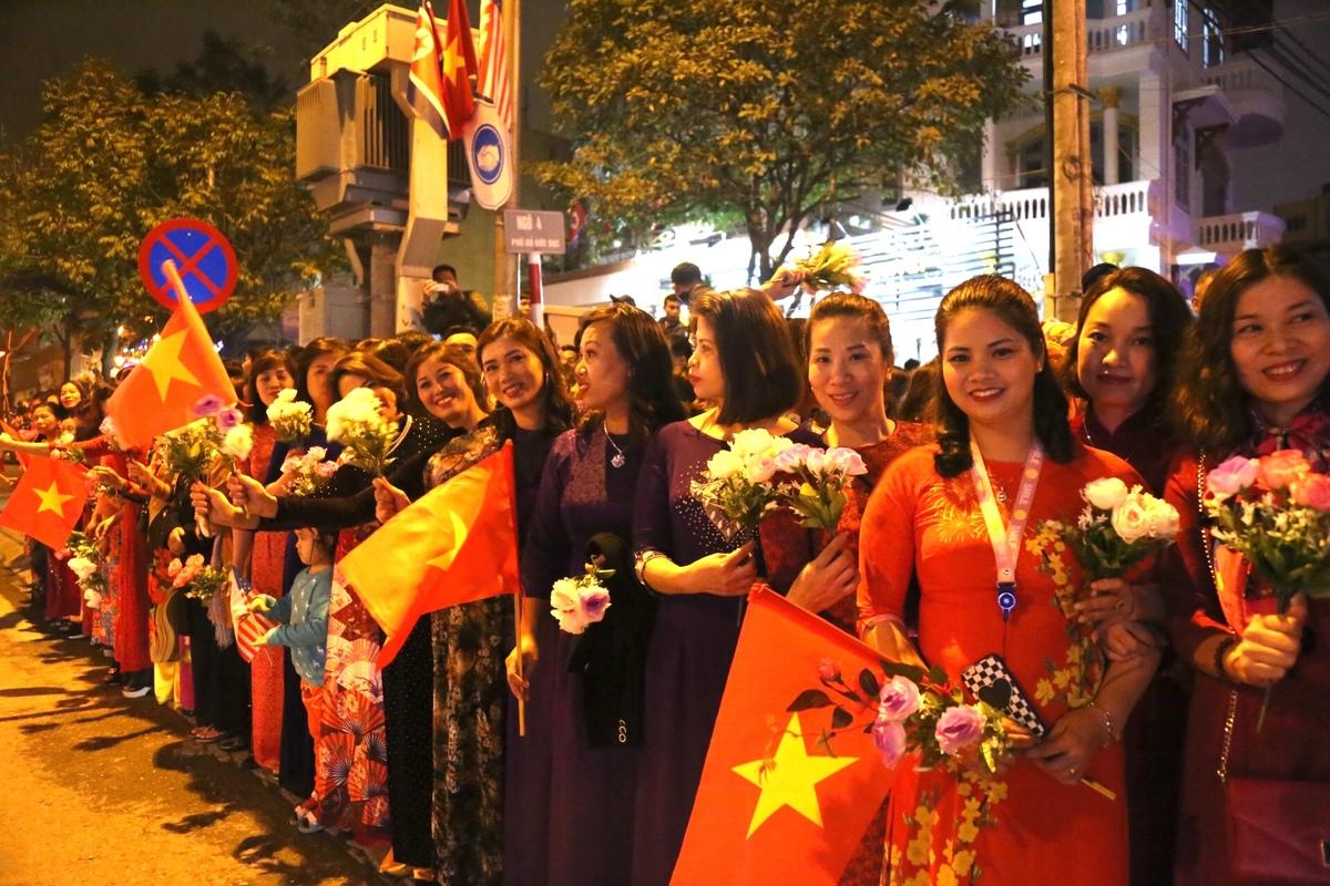 Người Hà Nội mang cờ, hoa đi đón Tổng thống Trump